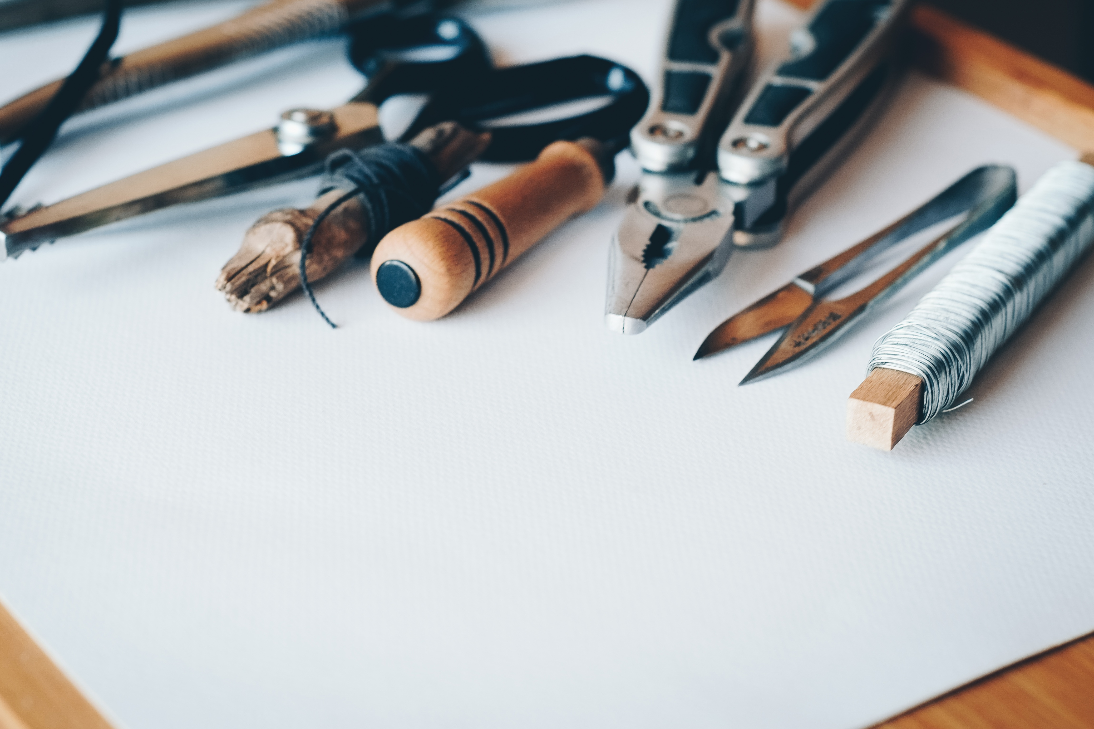 outils sur une feuille blanche